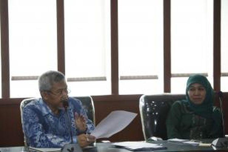 Pasangan bakal calon Gubernur Jawa Timur, Khofifah Indar Parawansa (kanan) dan Herman Surjadi Sumawiredja menjalani sidang lanjutan dugaan pelangaran etik oleh komisioner Komisi Pemilihan Umum Daerah di Dewan Kehormatan Penyelenggara Pemilu, di Jakarta, Senin (29/7/2013). Agenda sidang mendengarkan keterangan saksi ahli dan rencananya Rabu, 31 Juli mendatang sidang dilanjutkan kembali dengan agenda membacakan putusan.