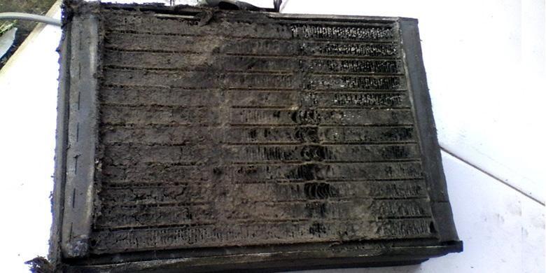 Evaporator AC kotor, bahkan kadang berair macam lumpur.