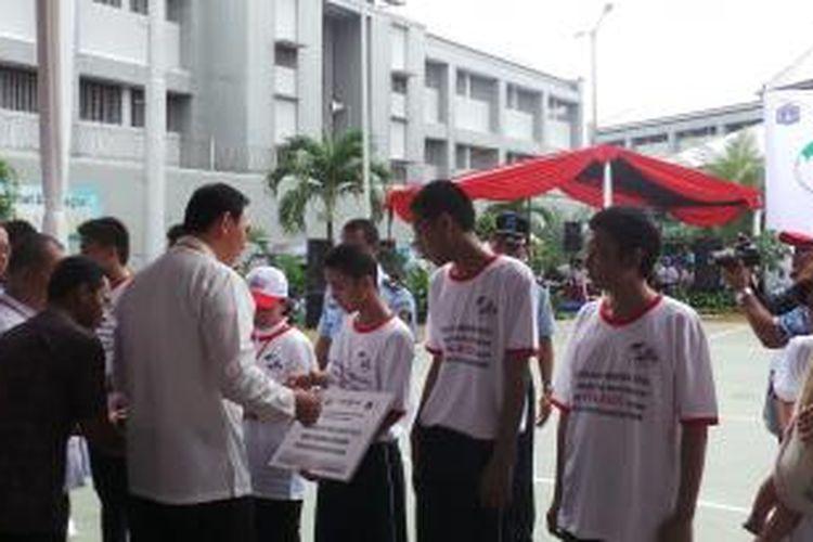 Gubernur DKI Jakarta Basuki Tjahaja Purnama membagi-bagikan kartu nama bagi narapidana dan warga binaan berprestasi di Lapas Salemba, Sabtu (29/11/2014).