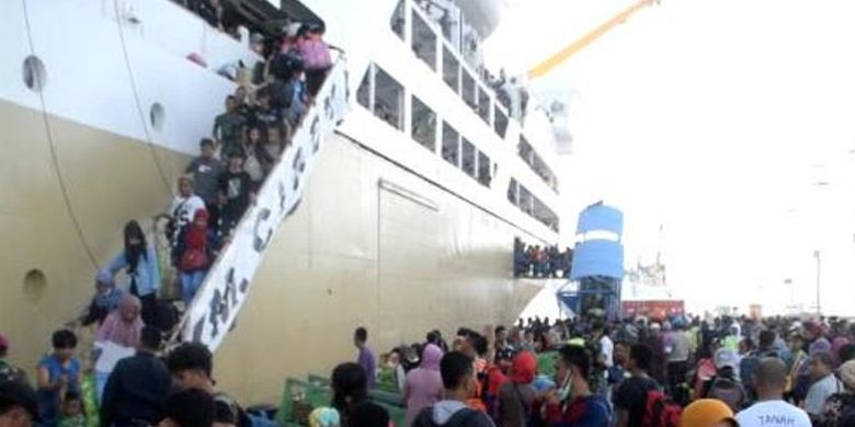 Pada H-4 jelang Lebaran Idul Fitri, kedatangan pemudik yang menggunakan kapal laut mulai terlihat di Pelabuhan Murhum, Kota Baubau, Sulawesi Tenggara.  Diperkirakan, pada hari ini terdapat sekitar 5 ribu pemudik turun di Pelabuhan Murhum dengan menggunakan empat kapal Pelayaran Nasional Indonesia (Pelni).