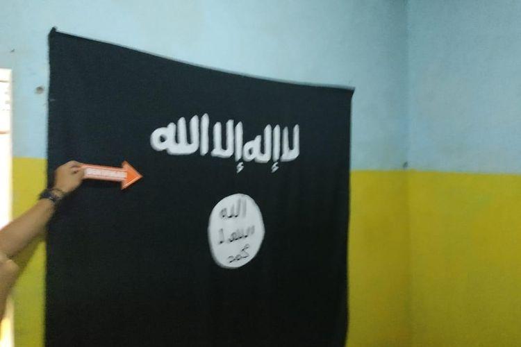 Barang bukti bendera ISIS di rumah kontrakan Abu Zee Ghuroba  di Jalan Trias, Tambun Selatan, Kabupaten Bekasi, Jawa Barat.