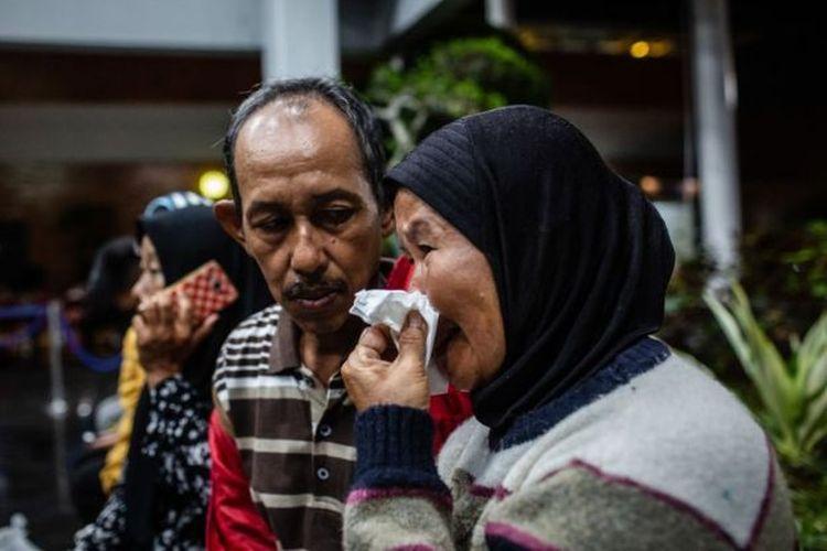 Keluarga korban tak kuasa menahan tangis saat tiba di bandara Sukarno-Hatta setelah pesawat Lion Air JT 6-10 jatuh pada 29 Oktober 2019.