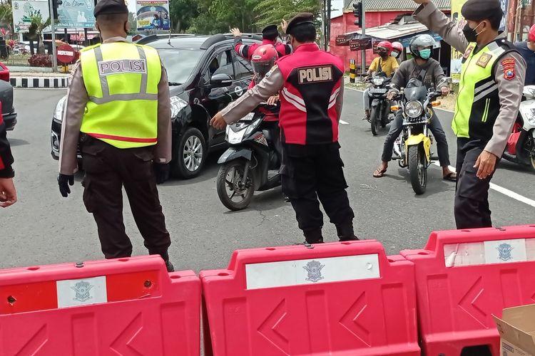 Kepolisian Resor Magetan melakukan penyekatan jalan ring road menuju destinasi wisata Telaga Sarangan. Warga yang bukan dari Magetan diminta putar balik.