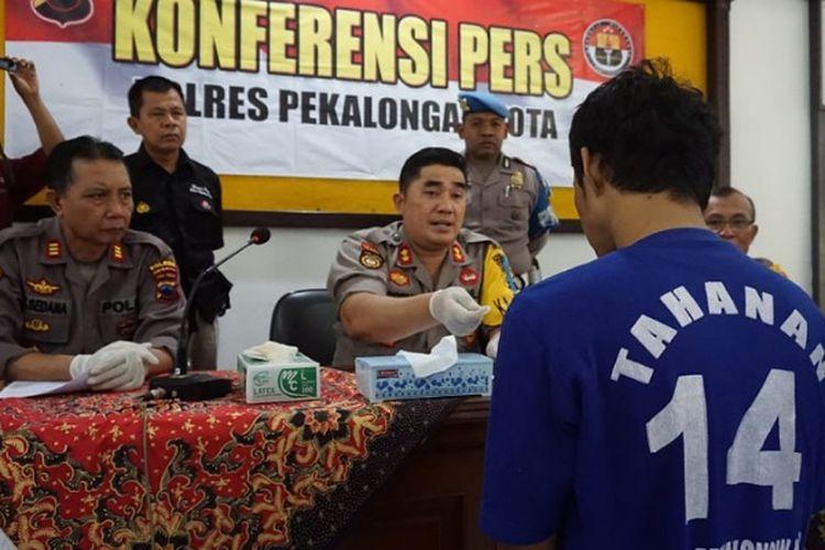 F tersangka kasus pembakaran mobil Toyota Agya di Pekalongan, Jawa Tengah saat diinterogasi di Polres Pekalongan Kota.
