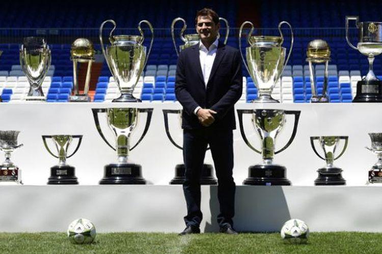 Mantan penjaga gawang Real Madrid Iker Casillas berpose dengan trofi-trofi yang dia menangkan bersama Madrid, setelah jumpa pers Santiago Bernabeu, Senin (13/7/2015). Casillas memutuskan bergabung dengan FC Porto setelah 25 tahun berseragam Madrid.