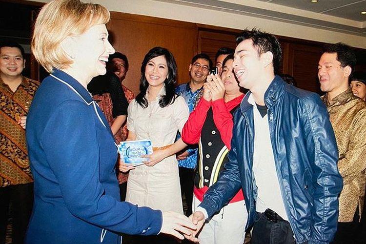 Menteri Luar Negeri Hillary Clinton bersalaman dengan Raffi Ahmad pada 2009. Raffi mengunggah kembali foto itu di akun Instagram-nya.