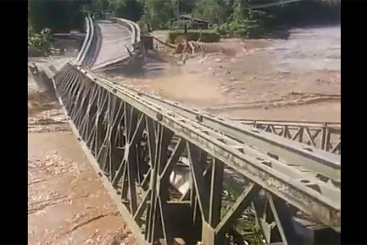 Jembatan Molintogupo yang mengbubungkan Suwawa Tengah dan Suwawa Selatan ambruk terseret aliran Sungai Bone. Kedua daerah ini masih terisolir akibat luapan banjir.