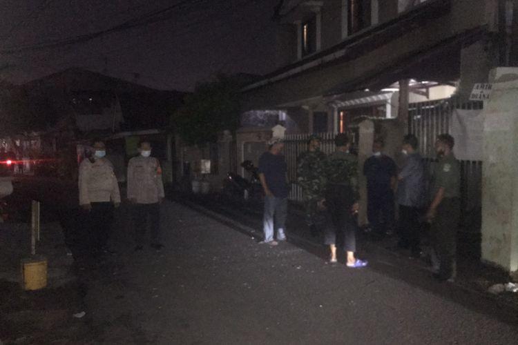 Aparat berjadi di lokasi di tawuran antar warga terjadi di Jalan Manggis 1, Manggarai Selatan, Tebet, Jakarta Selatan pada Selasa (14/9/2021) malam.