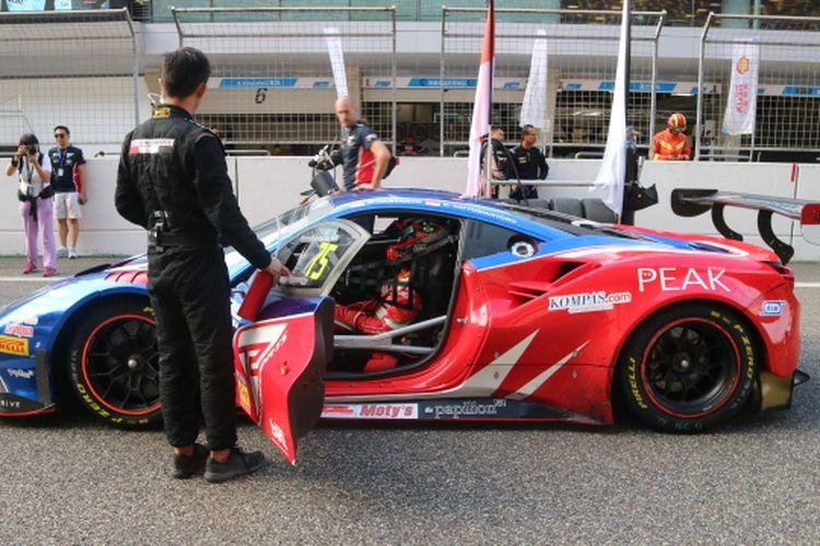Mobil balap Ferrari 488 GT3 yang dikemudikan duet pebalap Indonesia dari tim T2 Motorsport, Rio Haryanto dan David Tjiptobiantoro jelang race 1 ajang Blancpain GT World Challenge Asia 2019 seri VI, di Sirkuit Shanghai, Jumat (27/9/2019) sore.