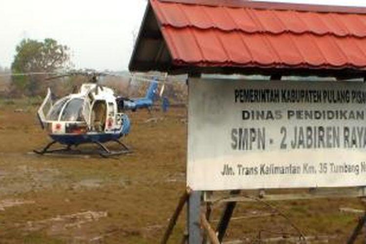 Helikopter jenis Bolkow 105 milik BNPB mendarat darurat di halaman SMP Negeri 2 Jabiren Raya, Kabupaten Pulang Pisau, Kalimantan Tengah. Heli diduga mengalami gangguan teknis saat operasi pemadaman kebakaran hutan dan lahan gambut Minggu (29/09/2014).