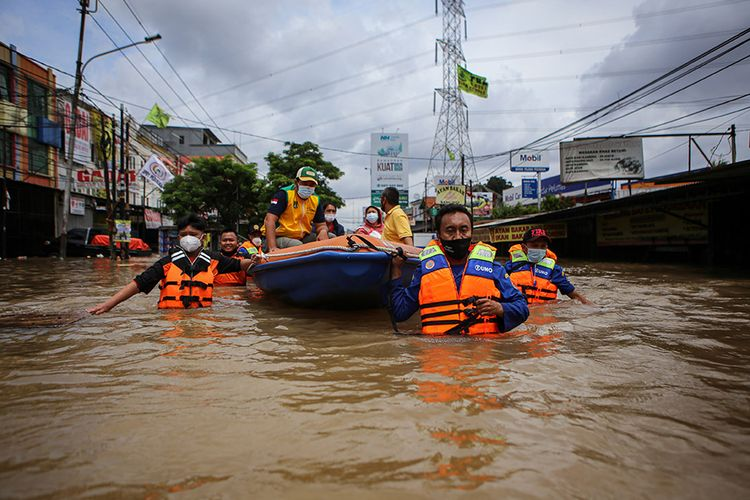 Officers evacuate residents using rubber boats during a flood in Ciledug Indah, Tangerang City, Banten, Saturday, February 20. The two meters high flood was caused by the overflow of the Angke River.