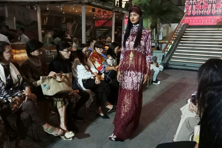 Koleksi bertema Heaven dari desainer Itang Yunasz yang dibawakan dalam perayaan Ramadhan in Style, Plaza Indonesia, Senin (21/5/2018). Koleksi tersebut dibawakan ke dalam dua babak, yakni heaven on earth dan heaven sent.