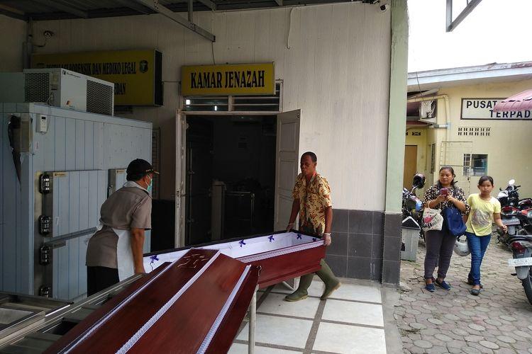 Petugas di kamar jenazah RS Bhayangkara Medan membawa peti jenazah SM (14) ke dalam ruangan. SM adalah siswa SMP HKBP Sidikalang yang meninggal dunia setelah berkelahi dengan SO (14), teman sekolahnya. Perkelahian itu bermula dari ejek-ejekan.
