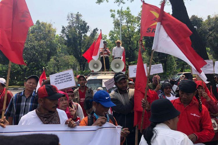 Korban kebakaran Taman Kota berunjuk rasa di depan Balai Kota DKI menolak direlokasi ke rusun, Rabu (2/5/2018).