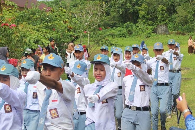Sejumlah anggota pengibar bendera (Paskibra)  saat menjalankan tugasnya dalam upacara HUT Kemerdekaan RI ke-74 di Lapangan Upacara Kecamatan Amalatu, Kabupaten Seram Bagian Barat (SBB), Maluku, Sabtu (17/8/2019)
