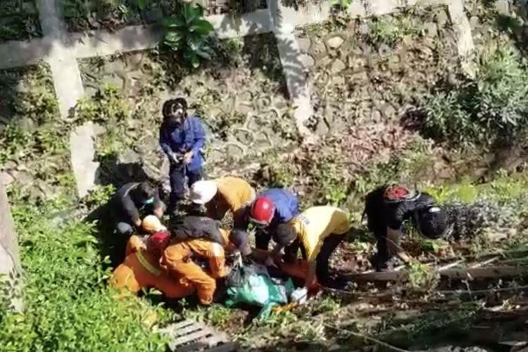 Seorang supir ojek online berinisial RR (38) ditemukan tergeletak di Saluran Penghubung (PHB) Karang Tengah, Lebak Bulus, Cilandak, Jakarta sedalam lima meter pada Selasa (20/10/2020) sekitar pukul 08.00 WIB.