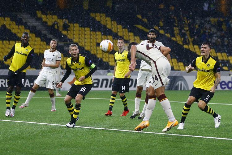 Bek Roma, Marash Kumbulla, menyundul dan mencetak gol dalam pertandingan Grup A Liga Europa antara Young Boys vs Roma di Stadion Stadion Wankdorf, di Bern, pada 22 Oktober 2020.