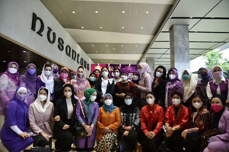 Para perempuan parlemen atau anggota DPR perempuan, berfoto bersama saat membuka acara pameran foto Kaukus Perempuan Parlemen di Kompleks Parlemen Senayan, Jakarta, Senin (8/3/2021).