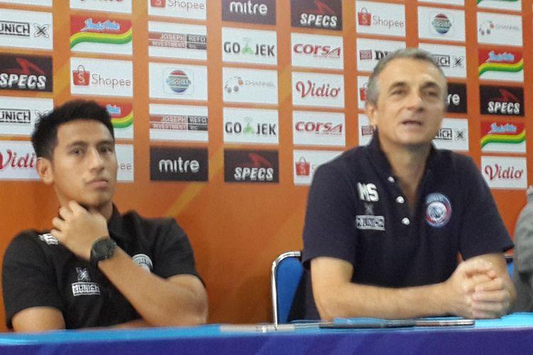 Pelatih Arema FC Milomir Seslija bersama Hanif Sjahbandi dalam konferensi pers di Kantor Arema FC, Minggu (26/5/2019)