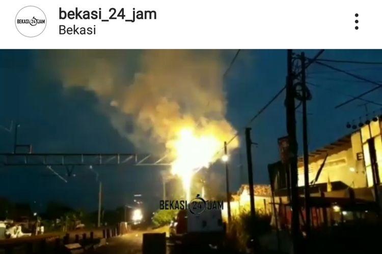 Tampak Listrik Aliran Atas (LAA) Kereta Listrik (KRL) lintas Bekasi terbakar akibat tersambar petir, Selasa (2/4/2019). Kejadian ini menyebabkan layanan KRL tujuan Bekasi hanya sampai Stasiun Cakung, Jakarta Timur.