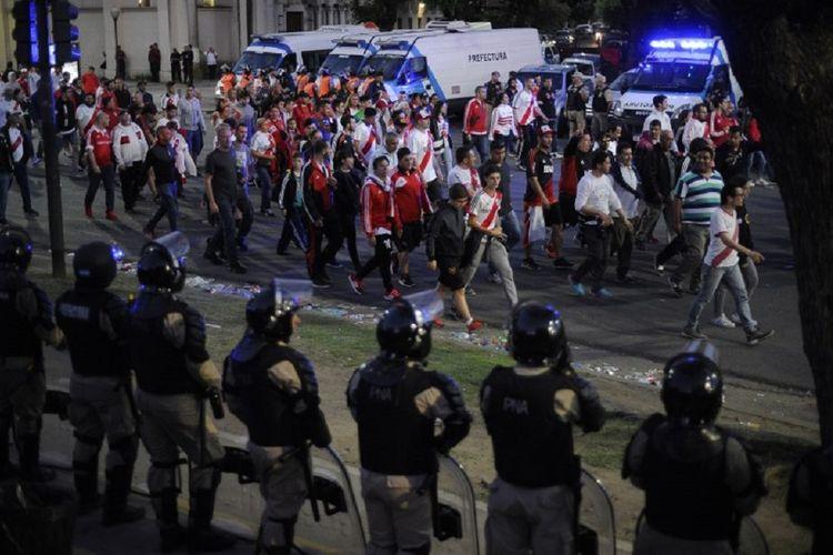 Petugas keamanan bersiaga saat suporter River Plate meninggalkan Stadion Monumental di Buenos Aires, Argentina, Sabtu (24/11/2018). Pertandingan River Plate kontra Boca Juniors di leg kedua final Copa Libertadores ditunda karena suporter tuan rumah menyerang bus tim tamu.