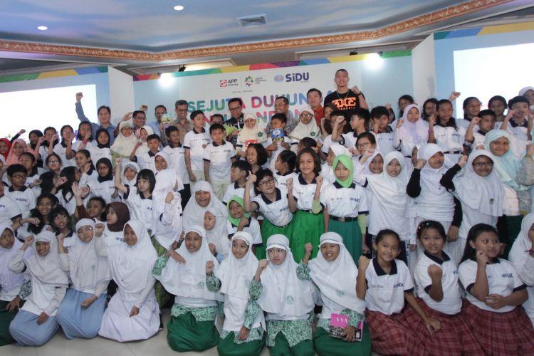 Menpora Imam Nahrawi dan para pembicara talk show Sejuta Dukungan Untuk Indonesia berfoto bersama anak-anak perwakilan 100 sekolah dasar se-Jabodetabek (26/7/2018).