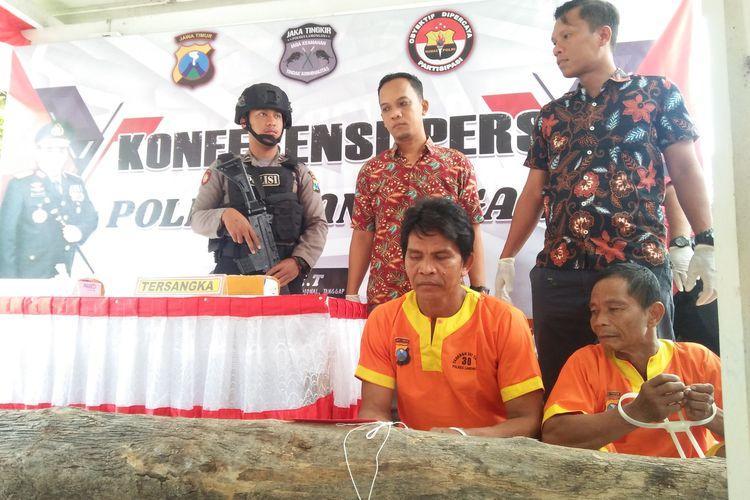 Kasatreskrim Polres Lamongan AKP David Manurung (berdiri paling kanan), bersama kedua pelaku yang dihadirkan dalam rilis pengungkapan kasus di Mapolres Lamongan, Jumat (21/2/2020).