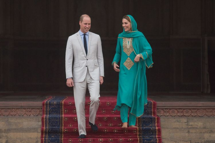 Pangeran William, Duke of Cambridge dan Kate Duchess of Cambridge mengunjungi Masjid Badshahi di Lahore, Pakistan, Oktober 2019.
