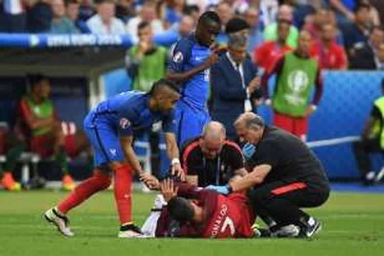 Pemain Perancis, Dimitri Payet, meminta maaf kepada kapten Portugal, Cristiano Ronaldo, pada final Piala Eropa 2016, Minggu (10/7/2016).
