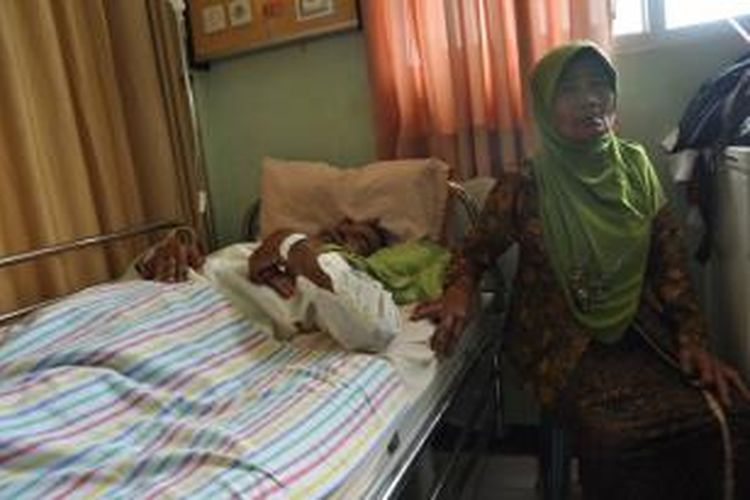 Sukamtiyah (58) menunggu suaminya, Kusdi (60) di RSUD Ambarawa, Kamis (3/4/2014). Keduanya warga Watuagung, Tuntang, Kabupaten Semarang menjadi korban perampokan.