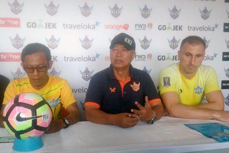 Pelatih Persegres Gresik United Hanafi (tengah) dan Sasa Zecevic (kanan), sebelum laga kontra Borneo FC.