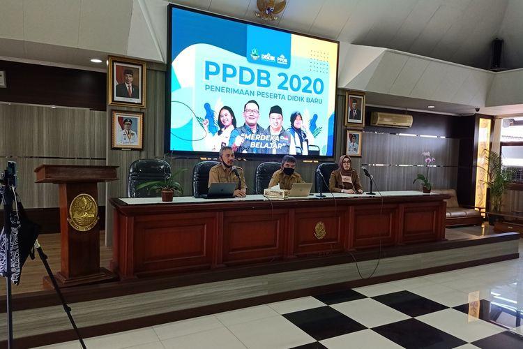 Konferensi Pers PPDB 2020 setingkat SMA/SMK di Kantor Dinas Pendidikan Jawa Barat, Jalan Dr Rajiman, Kota Bandung, Selasa (12/5/2020).