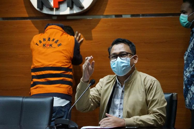 Pelaksana Tugas Juru Bicara KPK Ali Fikri dalam konferensi pers penetapan dan penahanan tersangka kasus RAPBD Jambi TA 2017-2018, Minggu (8/8/2021)