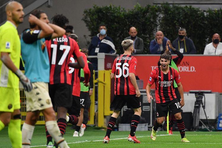 Gelandang Brahim Diaz (kanan) berselebrasi setelah mencetak gol pada pertandingan Serie A Liga Italia antara AC Milan vs Venezia pada 22 September 2021 di Stadion San Siro Milan.