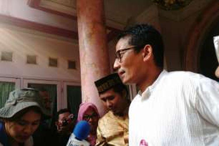 Calon wakil gubernur DKI Jakarta Sandiaga Uno mengunjungi rumah Ketua Majelis Taklim se-DKI Jakarta, Atifah Hasan, di Ujung Menteng, Cakung, Jakarta Timur. Kamis (17/11/2016)