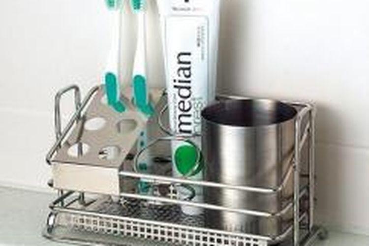 Tempat sikat gigi dari plastik atau baja tahan karat, bisa dicuci dengan mesin cuci piring.
