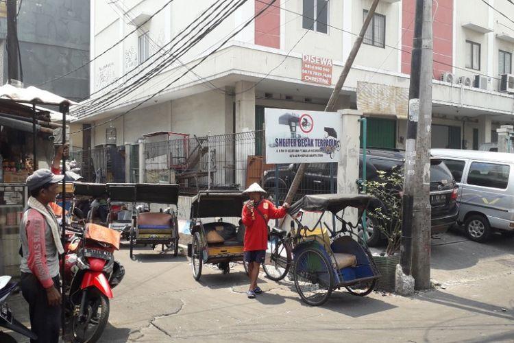 Seltee becak di Jalan K dekat Pasar Teluk Gong, Pejagalan, Jakarta Utara, Senin (8/10/2018).
