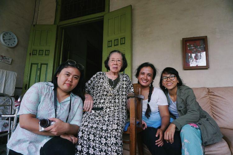 Ellen Kusuma (kiri), Agni Malagina (kedua dari kanan), dan Astri Apriyani berfoto bersama seorang masyarakat di Lasem, Rembang, Jawa Tengah.