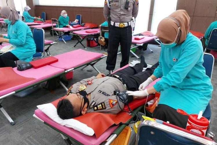 Personel Polda Sumbar melakukan donor plasma konvaselen untuk bantu penderita Covid-19, Kamis (18/2/2021)