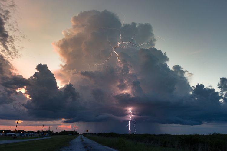 Gambar awan cumulonimbus. Awan cumulonimbus adalah awan yang mengandung banyak air dan petir, menyebabkan hujan deras dan bisa memicu angin puting beliung hingga tornado.