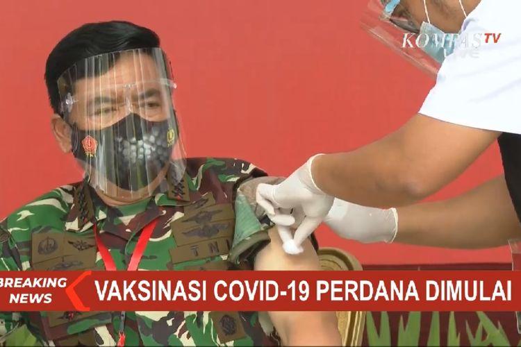Panglima TNI Hadi Tjahjanto menjalani proses vaksinasi Covid-19, Rabu (13/1/2021), di Istana Merdeka, Jakarta.