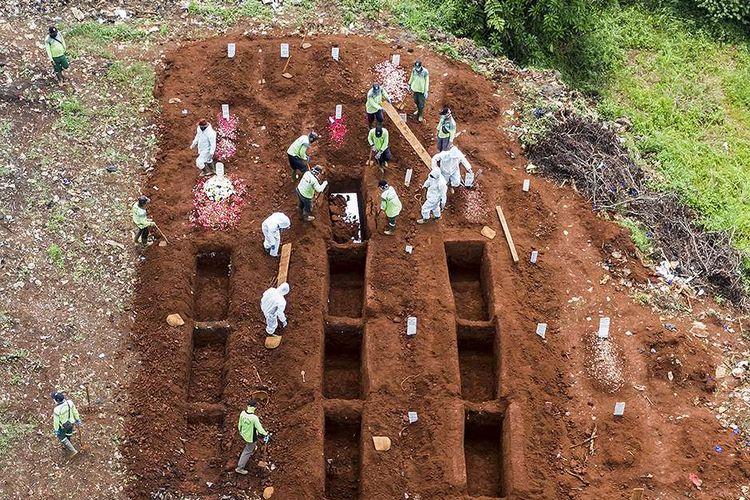 Petugas memakamkan jenazah kasus COVID-19 di TPU Pondok Ranggon, Jakarta, Minggu (26/4/2020). Gubernur DKI Jakarta Anies Baswedan mengatakan, selama penerapan pembatasan sosial berskala besar (PSBB) sejak 10-23 April, tren pemakaman yang menggunakan prosedur tetap (protap) COVID-19 cenderung menurun, di mana sebelumnya mencapai 50 orang yang meninggal per hari kini 40-30 orang per hari.