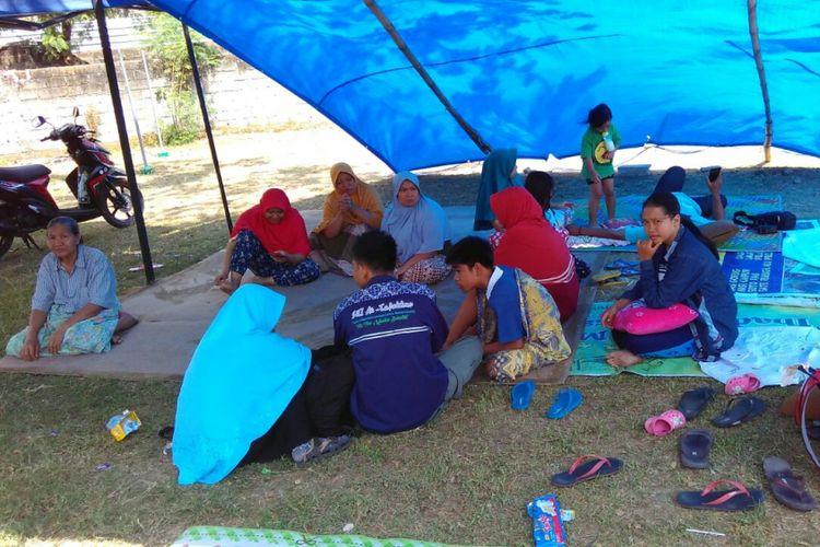 Warga berlarian ke tenda pengungsian di Lapangan Perum Grand Kodya, Kota Mataram, Nusa Tenggara Barat, saat gempa kembali mengguncang Nusa Tenggara Barat, Kamis (9/8/2018). Gempa kali ini bermagnitudo 6.2.
