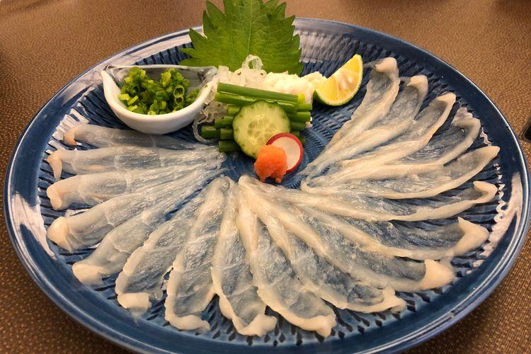 Sashimi ikan buntal (fugu), sajian khas Jepang.