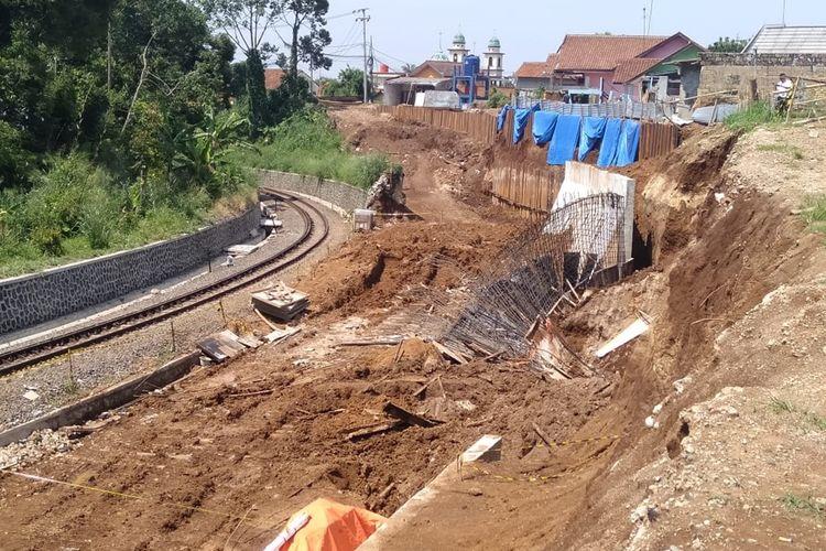 Kondisi tanah pada proyek pembangunan rel ganda atau double track di Desa Watesjaya, Kecamatan Cigombong, Kabupaten Bogor, Jawa Barat, pasca kejadian Sabtu (16/11/2019)