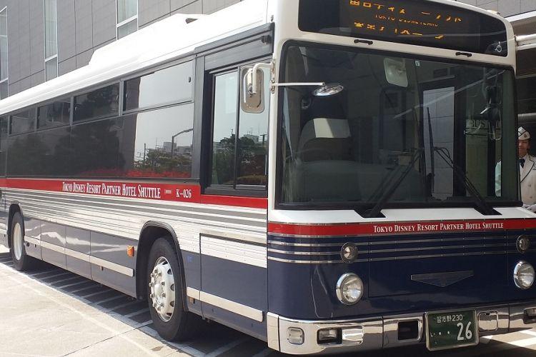 Bus yang disediakan untuk antar jemput pengunjung Tokyo Disneyland dan Tokyo Disney Sea ke beberapa hotel rekanan, di antaranya ke Urayasu Brighton Hotel Tokyo Bay.