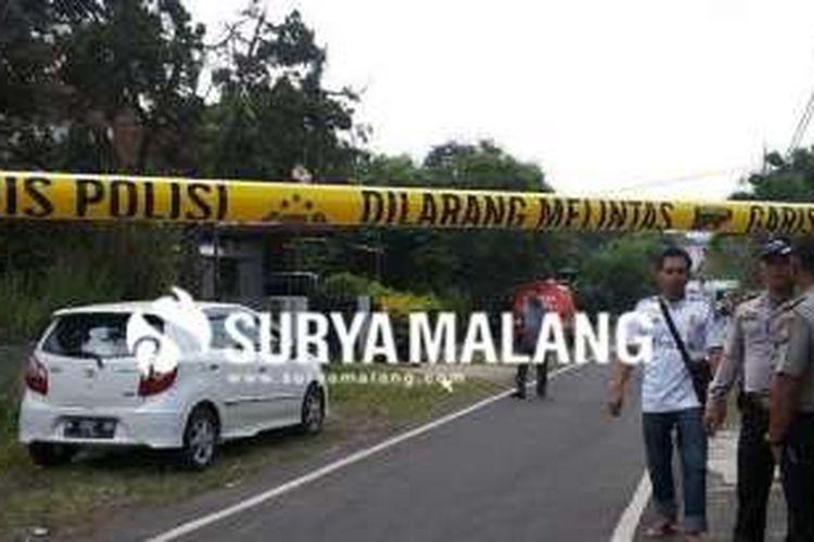 Garis polisi dipasang di Jalan Songgoriti, Kota Malang, Jawa Timur, tempat ditemukannya sebuah benda mencurigakan di depan pintu gerbang Yayasan Pendidikan Karmel.