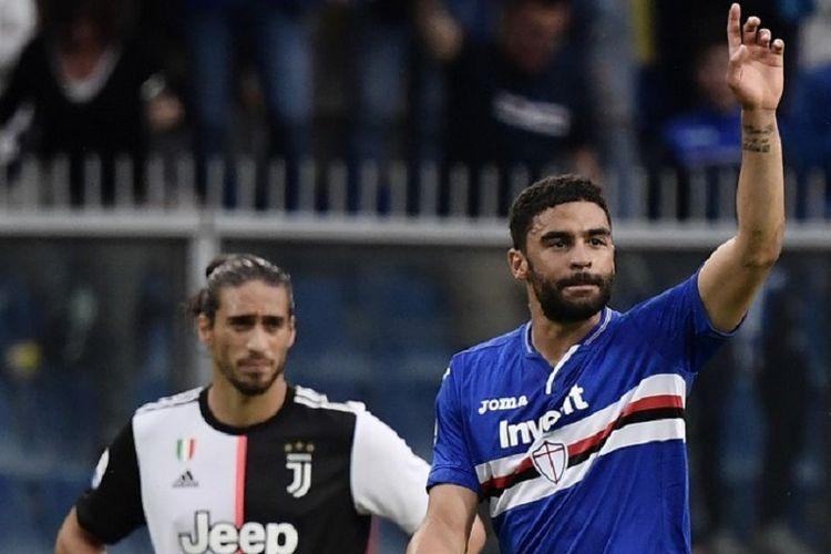 Gregoire Defrel merayakan golnya di hadapan Martin Caceres pada pertandingan Sampdoria vs Juventus dalam lanjutan Liga Italia di Stadion Luigi Ferraris, 26 Mei 2019.