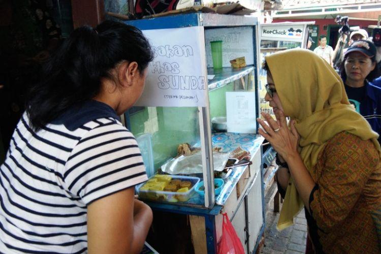 Calon wali kota Bandung Nurul Arifin saat berinteraksi bersama warga di Gang Bapak Suhaya RW 05 Kelurahan Nyengseret, Kecamatan Astana Anyar, Kota Bandung, dalam rangkaian agenda kampanye Pilkada Kota Bandung 2018, Rabu (21/2/2018).