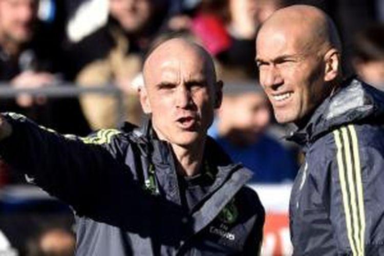 David Bettoni dan Zinedine Zidane memimpin sesi latihan Real Madrid di Stadion Alfredo di Stefano, Valdebebas, Madrid, 5 Januari 2016.